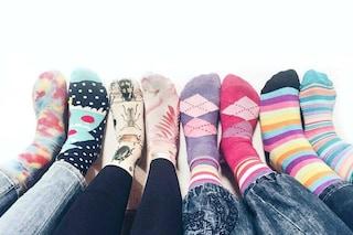 Giornata dei calzini spaiati: sui social spopolano le bizzarre foto dei piedi