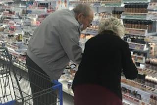 Aiuta la moglie a scegliere il fondotinta: la coppia di dolci nonnini fa il giro del web