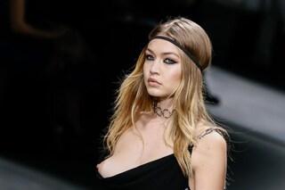 Gigi Hadid fuori di seno in passerella: l'incidente hot alla sfilata di Versace