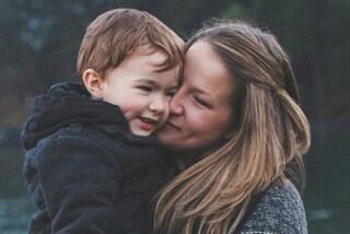 Non taglia il cordone ombelicale dopo il parto, così si sente più legata al figlio