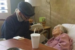 La moglie è malata, lui non l'abbandona neppure un istante: sono sposati da 60 anni