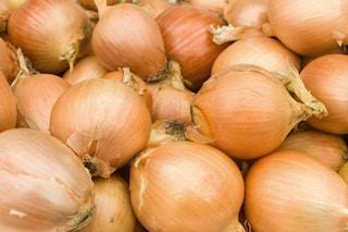 """Non buttate le bucce di cipolla: ecco i loro 5 usi """"alternativi"""""""