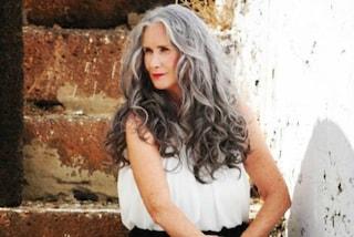 """A 56 anni diventa una modella di costumi da bagno: """"Vado fiera dei miei capelli grigi"""""""