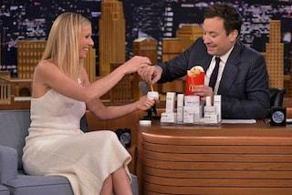 Le creme di Gwyneth Paltrow sono ingeribili, il conduttore le mangia con le patatine