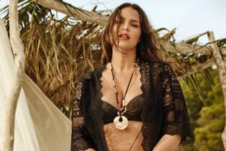 Orgoglio curvy: Candice Huffine mostra il corpo burroso posando in bikini