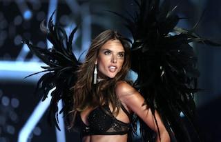 La top model Alessandra Ambrosio compie 35 anni, auguri all'angelo di Victoria