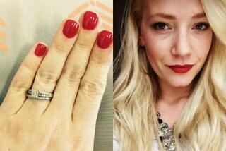 """La criticano per l'anello di fidanzamento troppo """"piccolo"""": lei risponde su Facebook"""