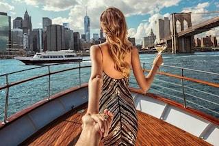 La coppia che si fotografa tenendosi per mano rivela cosa c'è dietro gli splendidi scatti