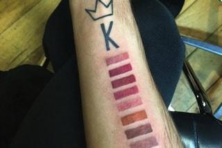 Si tatua i colori dei rossetti di Kylie Jenner: il tattoo più assurdo al mondo