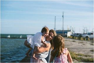 Allatta in contemporanea le figlie di 3 e un anno: così si sentono più unite