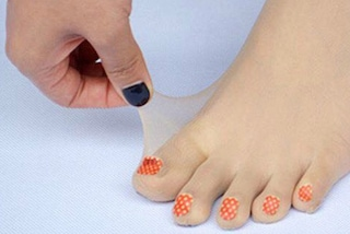 Dimenticate la pedicure: arrivano le calze decorate con una perfetta nail art