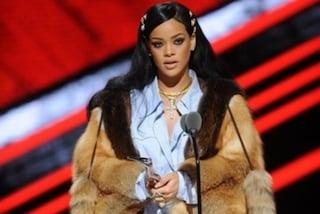 Rihanna sul palco in pelliccia scatena l'ira dei fan animalisti