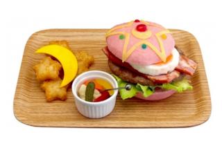 In Giappone apre un ristorante a tema Sailor Moon: il menù propone un hamburger rosa