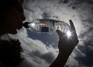 Bere acqua fa bruciare calorie: equivale a oltre 3 km di cammino