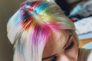 Rainbow roots, il nuovo trend delle sfumature arcobaleno alla radice dei capelli (FOTO)