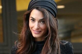 Amal elegantissima all'evento con Papa Francesco: accanto a Clooney per l'Ulivo della pace