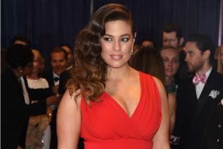 Ashley Graham è fiera di essere curvy: esalta le sue forme con abiti aderentissimi