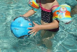 La malattia non la fa camminare ma a soli 2 anni riesce a nuotare senza aiuto