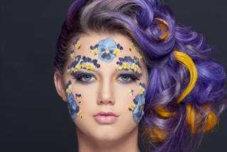 Fiori essiccati su viso e collo: il beauty trend per un look 3D