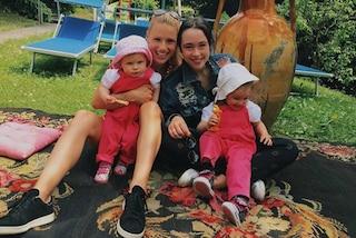 Michelle Hunziker tra le figlie: look casual per Aurora, abiti coordinati per le piccole