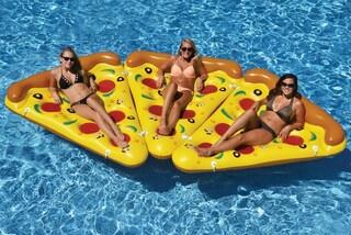 Uno spicchio da soli una pizza con gli amici: il materassino da mare più folle che ci sia