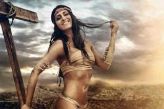 La modella posa con la croce come Gesù: il brand di bikini scatena l'ira dei cristiani