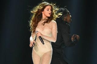 L'abito nude di Selena Gomez, la popstar brilla sul palco grazie a 100.000 cristalli