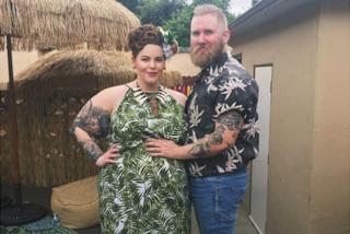 Tess Holliday è incinta: festeggia l'arrivo del futuro figlio con un party hawaiano