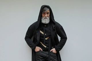 Barba bianca e look da hipster: a 60 anni Philippe diventa modello