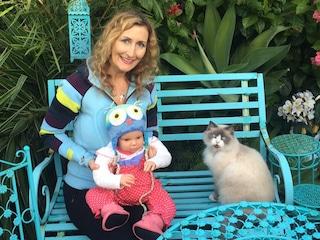 """""""Ho 37 figli"""": la donna che tratta le bambole come veri neonati"""