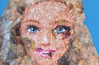 Barbie mostra le sue ferite contro la violenza sulle donne