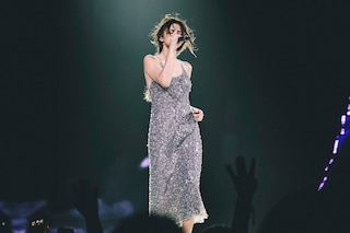 Selena Gomez: perline e paillettes per il look scintillante della popstar sul palco