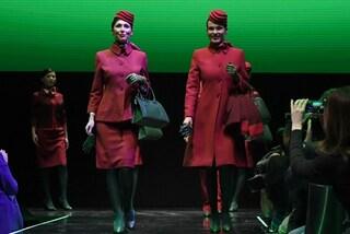 Debuttano le nuove divise Alitalia: le calze verdi finiscono al centro delle critiche