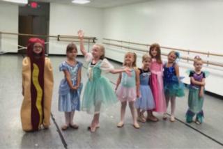 Si veste da hot dog per la festa scolastica: le foto della bimba diventano virali