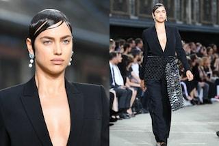 La trasformazione di Irina Shyak in passerella per Givenchy