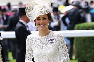 Kate Middleton, in abito di pizzo bianco, incanta con la sua eleganza al Royal Ascot