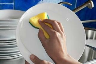 Lavare i piatti a mano: perché è sbagliato