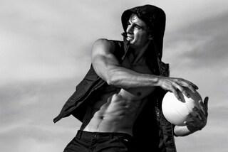 Pietro Boselli, il professore sexy, mostra i muscoli nella nuova campagna di Armani