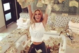 Macchine sportive e bagni di soldi: il profilo Instagram dei genitori ricchi