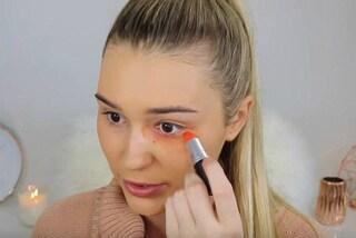 Calzino per il fondotinta, rossetto sulle occhiaie: la blogger prova i tutorial più strani