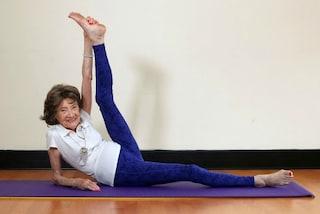 A quasi 98 anni continua a praticare yoga: è l'insegnante più vecchia al mondo