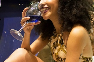 Arriva il vino blu, la bevanda alcolica più originale dell'estate