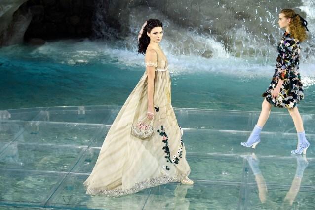 on sale 22549 0f7aa Le modelle sfilano sulle acque della Fontana di Trevi: lo ...