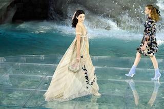 Le modelle sfilano sulle acque della Fontana di Trevi: lo spettacolare evento Fendi