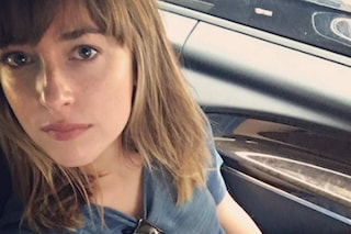 Nuovo look per Dakota Johnson: frangia e caschetto biondo