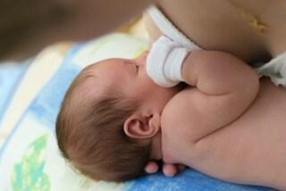 Brelfie, il selfie delle mamme che allattano: esibizionismo o moda?