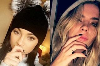 Selfie con le dita sulla bocca: la nuova moda che spopola tra le star