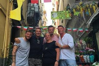 Stefano Gabbana a Napoli: la visita ai graffiti con le dive e il giro in motorino