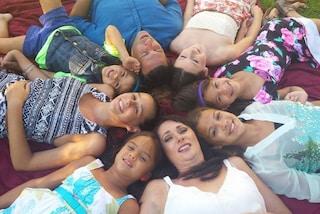 Adotta le 4 figlie dell'amica morta di cancro: così le dimostra amore eterno