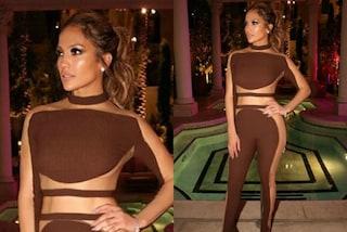 Jennifer Lopez festeggia il compleanno con un look hot senza slip